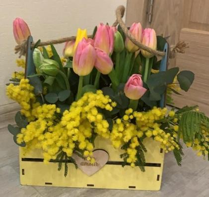 Тюльпаны в жёлтом ящике