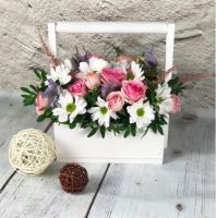 Розовые розы в белом ящике