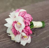 Свадебный букет из белых орхидей и розовых роз