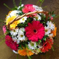 Цветы в корзине с герберами