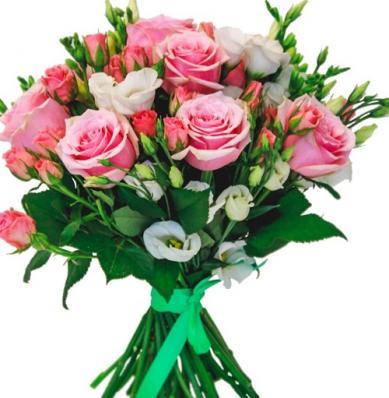 9 розовых роз и кустовых