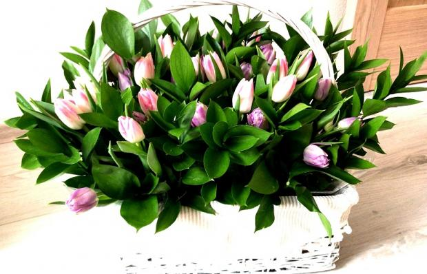 Цветочная корзинка из тюльпанов