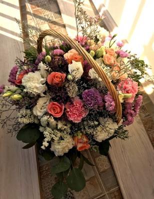 Цветочная корзина с розами и гвоздиками