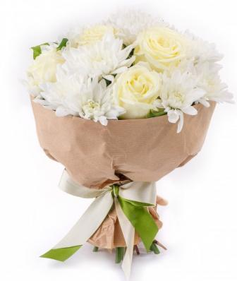 Белые розы и хризантемы на 1 сентября