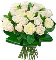 25 белых роз с рускусом (иглица)
