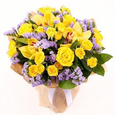 Стильная композиция из жёлтых роз и орхидей