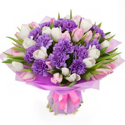 Стильная композиция с гвоздиками и тюльпанами