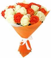 25 белых и оранжевых роз