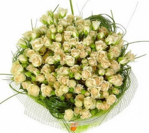 25 кустовых роз с берграссом