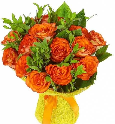 15 оранжевых роз с зеленью