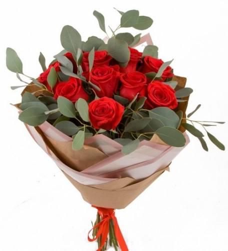 Букет из 15 красных роз с эвкалиптом