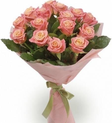 15 персиковых роз с зеленью