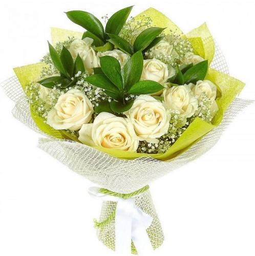 15 белых роз в сетке
