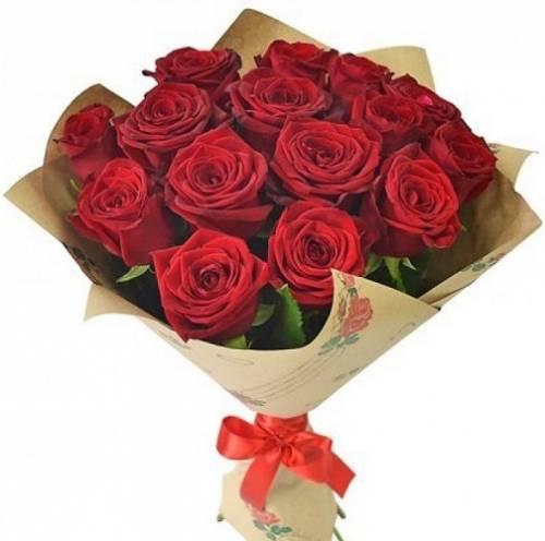 15 красных роз в крафте