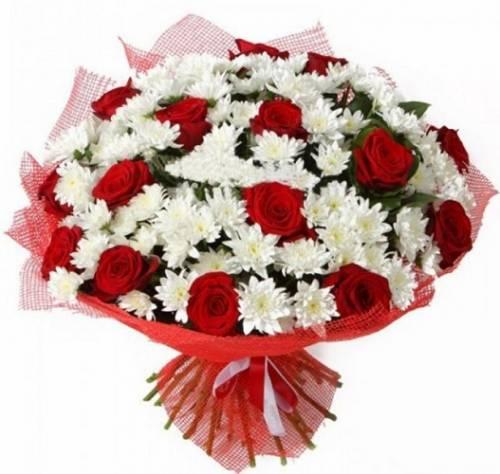15 красных роз с хризантемами