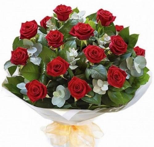 15 красных роз с эвкалиптом