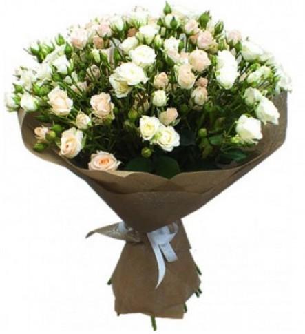 15 кустовых белых роз в кальке