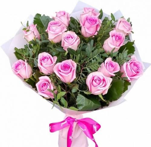 15 розовых роз с фисташкой