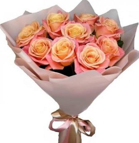 9 персиковых роз в крафте