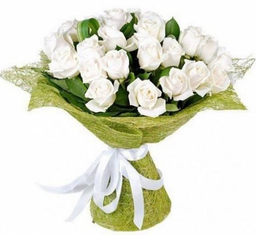 25 белых роз в сетке