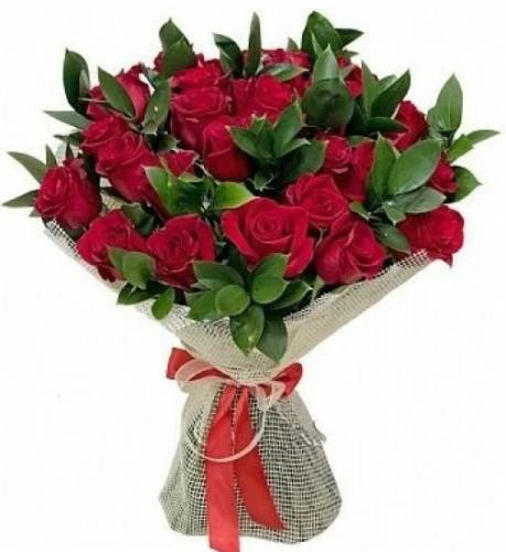 25 бордовых роз в сетке