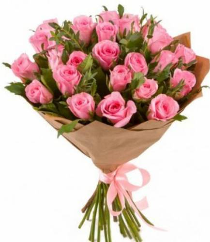 25 розовых роз в крафте