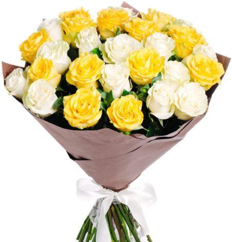 25 белых и жёлтых роз