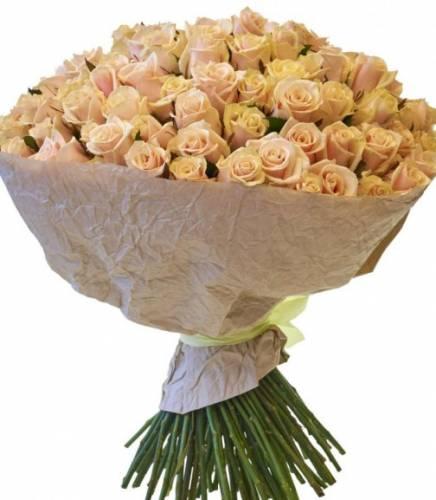101 кремовая роза в крафте