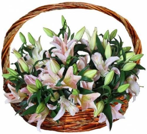 Корзина с цветами из лилий