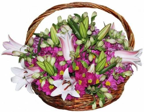 Корзина из лилий и хризантем