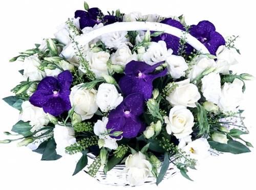 Розы и орхидеи в цветочной корзине