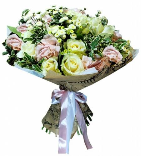 Модный букет из роз и хризантем