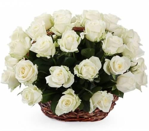 Белые розы в цветочной корзине