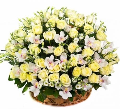 Корзина цветов с розами и эустомой