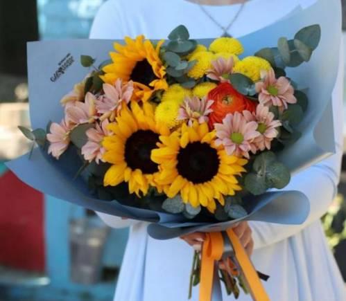 Цветы из подсолнухов и хризантем учителю недорого