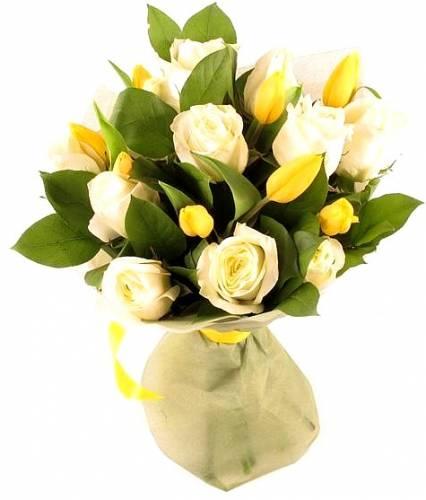 Букет на восьмое марта из роз и тюльпанов