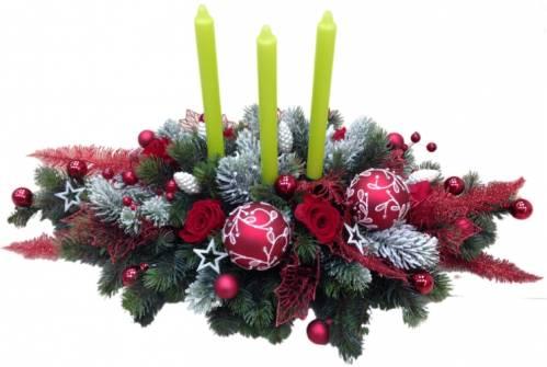 Новогодняя композиция из стабилизированных роз и веток ели