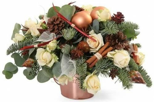 Новогодний букет из роз и блестящих шаров