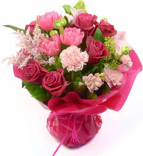 Букет на День мамы из роз, гвоздик и других цветов