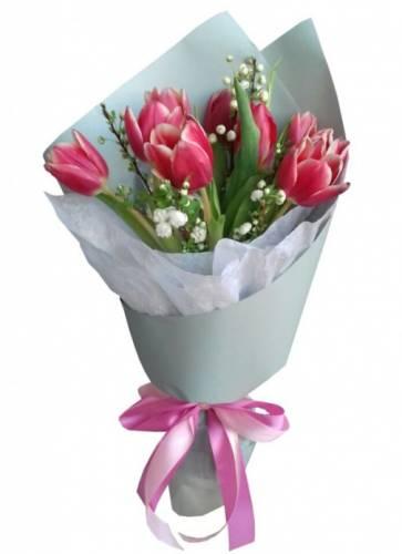 Композиция из 7 тюльпанов на Международный Женский День