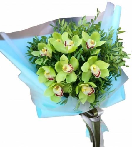9 орхидей для девушки на Международный Женский День