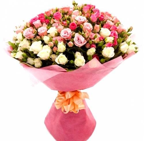11 белых и розовых кустовых роз на 8 марта