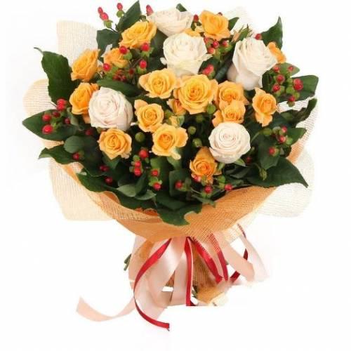 Букет из роз и гиперикум на День рождения